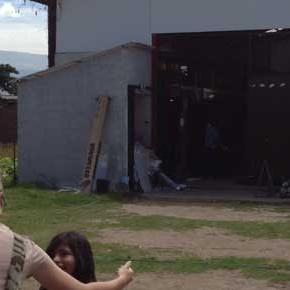 Visita a una fabrica del letrero en Ecuador